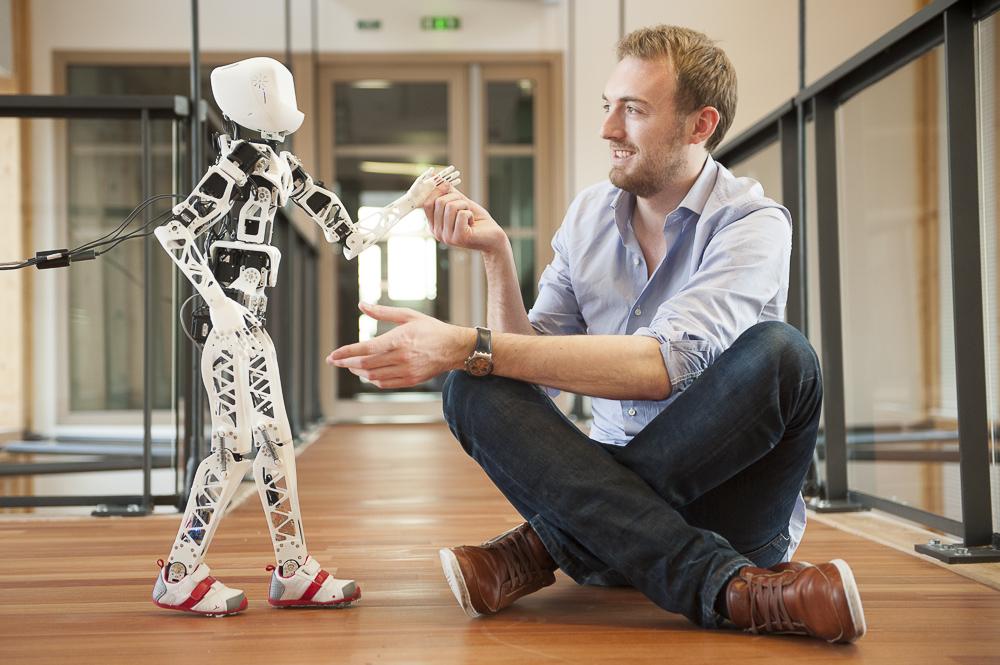 Le robot Poppy avec un de ses concepteurs dans le centre de recherche de l'INRIA à Bordeaux