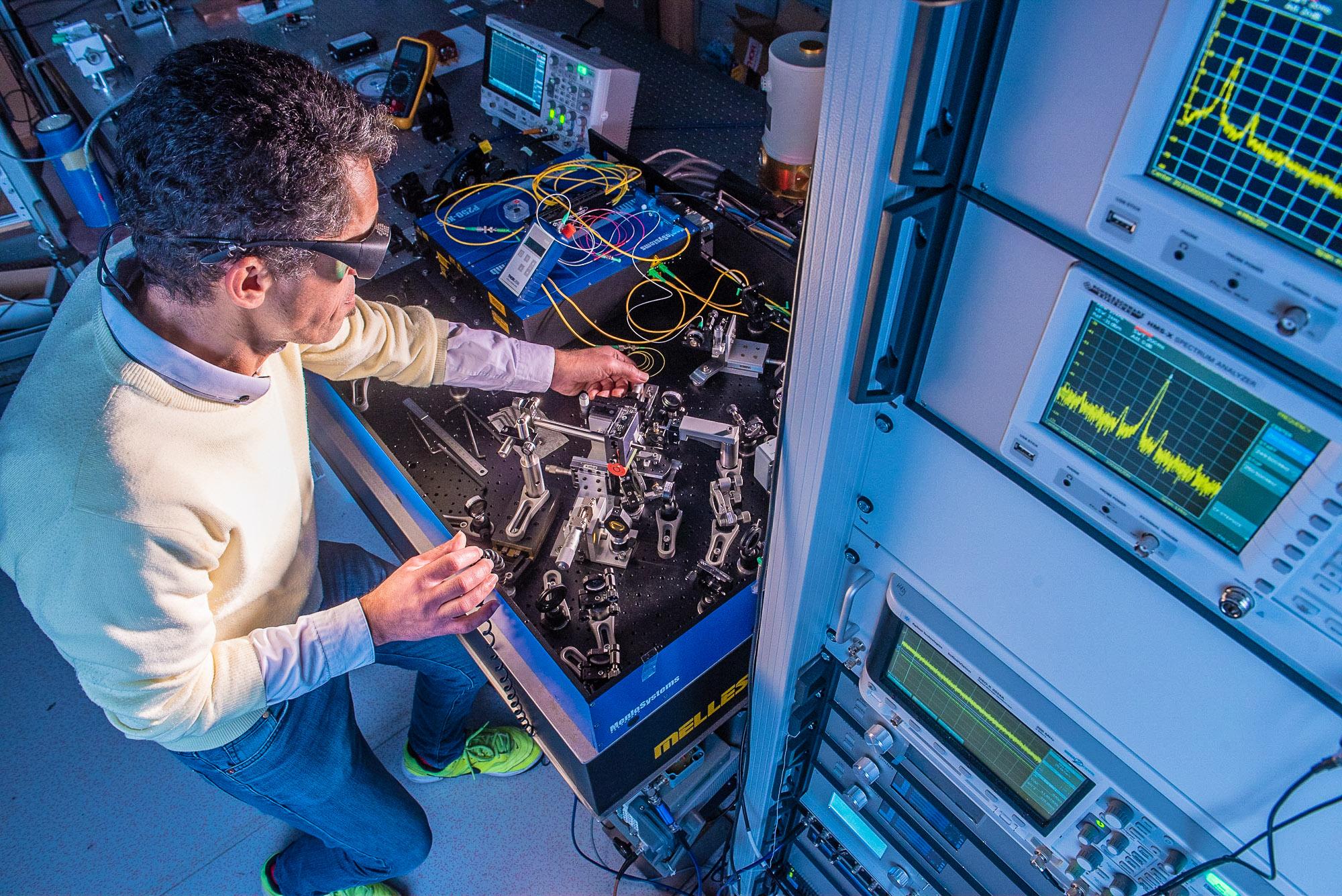 UMR8112 -Laboratoire d'étude du rayonnement et de la matière en astrophysique et atmosphères(PARIS 14) Couplage d'un faisceau laser issu d'une somme de fréquences optiques dans une fibre optique. Le montage en cours de finalisation où cette manipulation s'effectue est une expérience de stabilisation de diode à cascade quantique sur un peigne de fréquence optique. L'objectif est de faire la spectroscopie de l'ozone à une résolution spectrale inégalée et de mesurer ses paramètres moléculaires pour ensuite partager ces informations dans des bases de données internationales. Les données sont utilisées par les chercheurs travaillant sur des modèles de science atmosphérique et climatique.