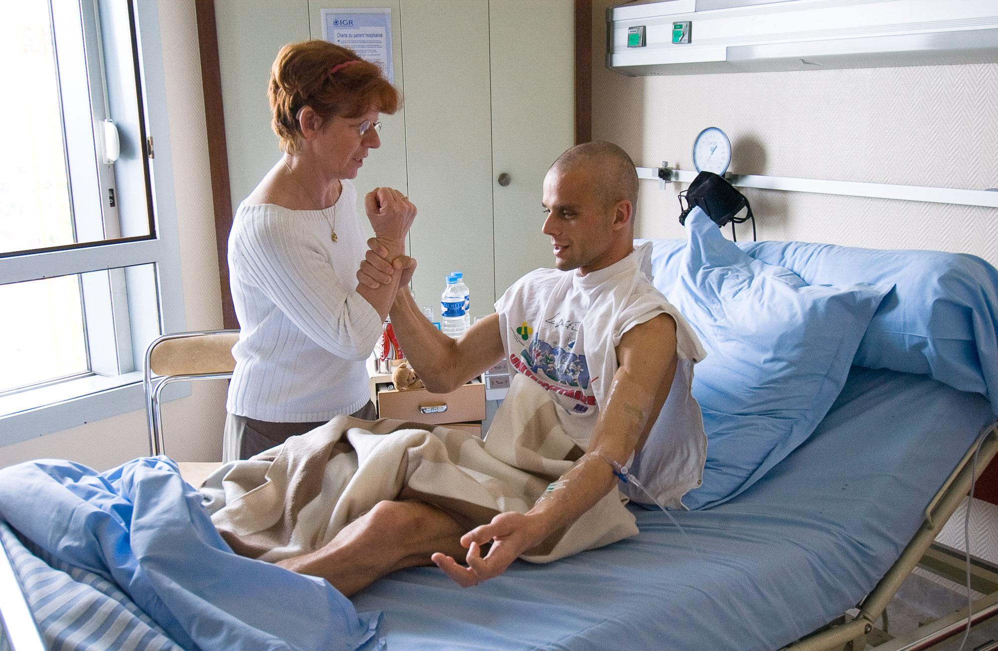 Chronique d'un cancer. Institut Gustave Roussy. Grégory et sa maman Claudine ont mis une technique au point afin qu'il puisse se redresser sans utiliser ses abdominaux.  Chaque sollicitation de ces derniers  accentue la pression et la douleur dans le torse.
