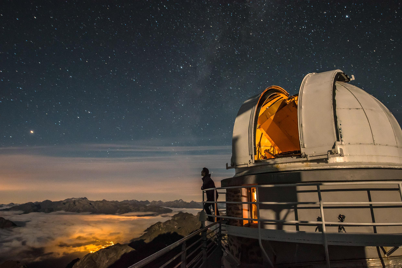 """Reportage photographique """"la tête dans les étoiles"""" à l'Observatoire du Pic du Midi. David Darson devant le téléscope T1M."""