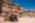 L'antique cité nabatéenne de Pétra.  Bédouines à l'abri d'un laurier-rose devant la nécropole du Théatre