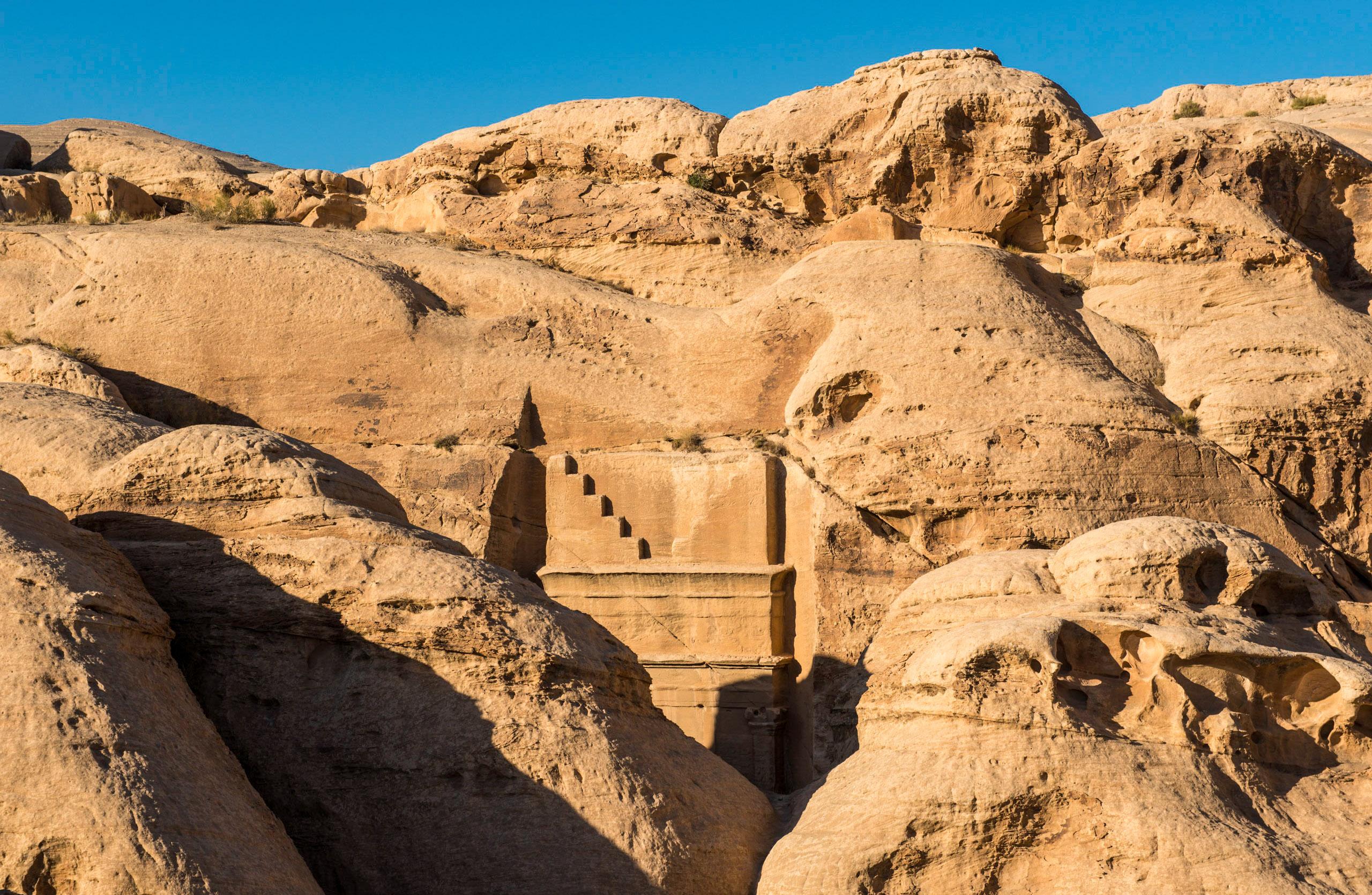L'antique cité nabatéenne de Pétra. Tombeau avant l'entrée du Siq