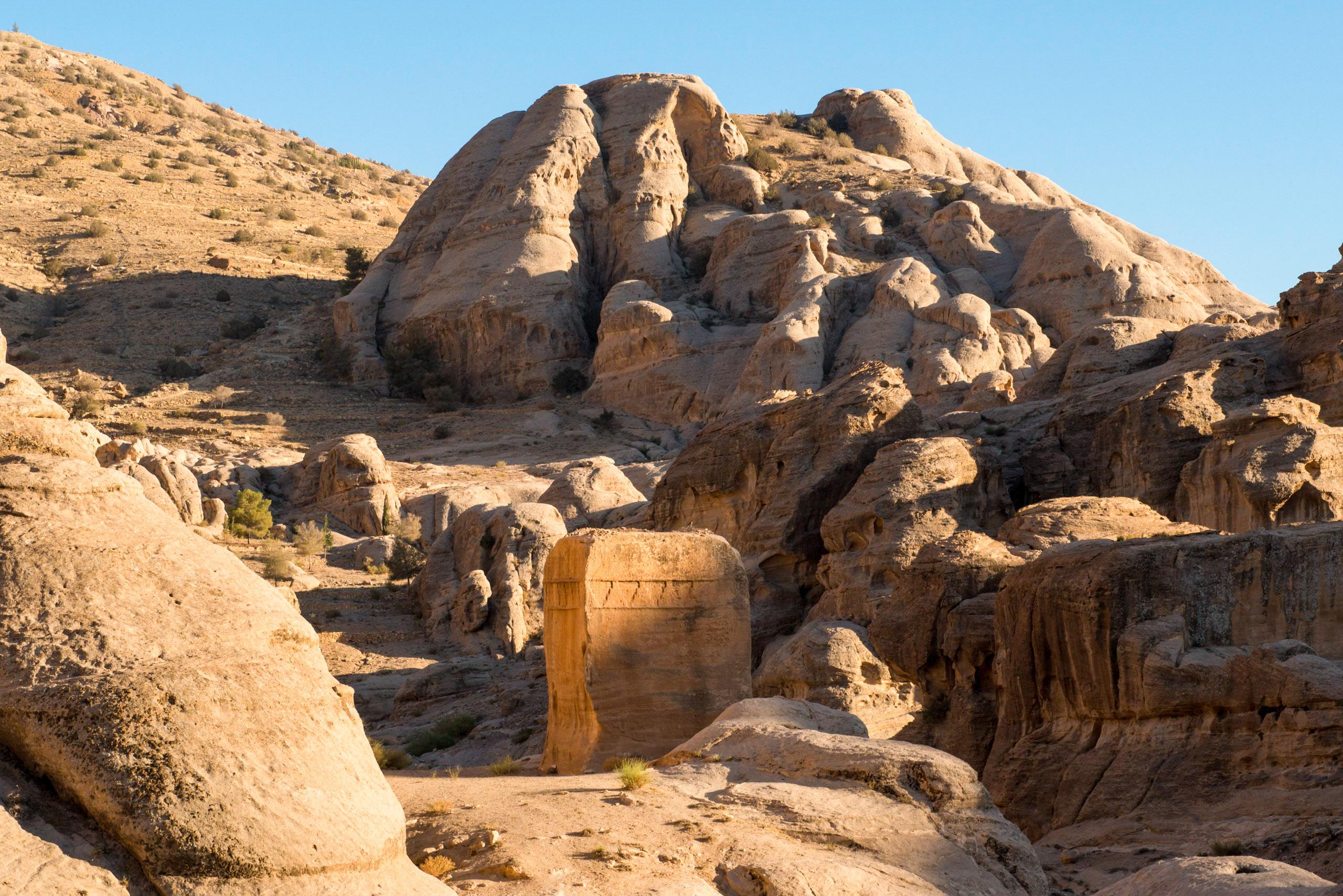 L'antique cité nabatéenne de Pétra. Tombeau Djinn près de l'entrée du Siq.