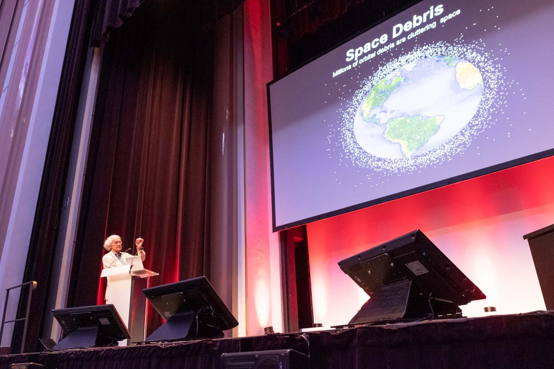 Photographie évènementielle du congrès scientifique de physique IRMMW THZ. Le prix nobel de physique Gérard Mourou