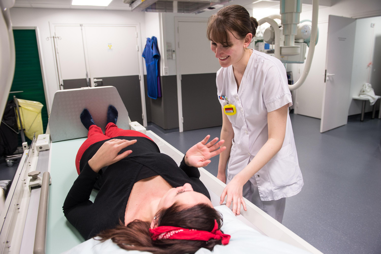 Reportage photographique pour le centre de radiologie Norimagerie. Intallation d'une patiente avant un scanner