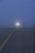 Aéroport Charles-de-Gaulle. Avion roulant dans le brouillard quelque part sur un taxiway.Charles-de-Gaulle Airport, France. Aircraft advancing along the taxiway in the fog.