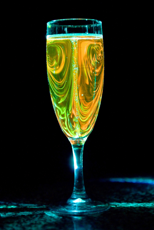 Université de Reims. URCA, Laboratoire d'Oenologie et de Chimie Appliquée. Visualisation des écoulements induits par l'effervescence dans une coupe de champagne gràce à des colorants illuminés  par un laser.