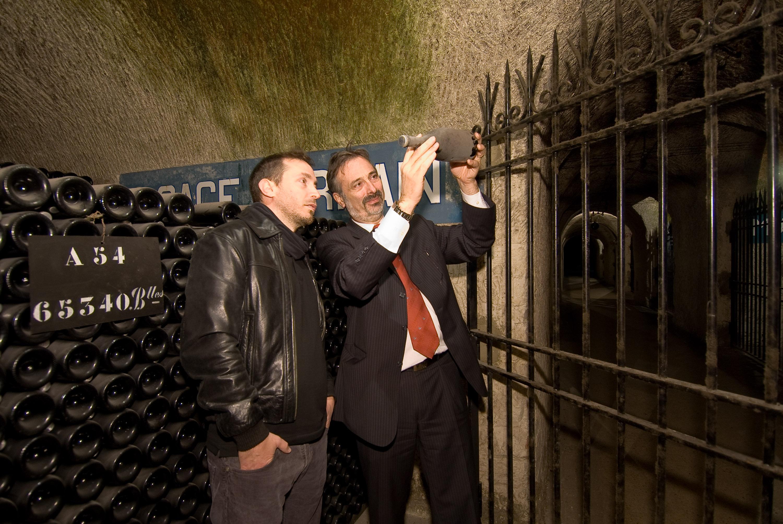 Reims. Champagne Pommery. Visite de Gérard Liger Bellair à Mr Thierry Gasco, Oenologue et chef de cave de Pommery. Visite des caves de Pommery. Pommery soutient les recherches de Mr Liger Bellair.