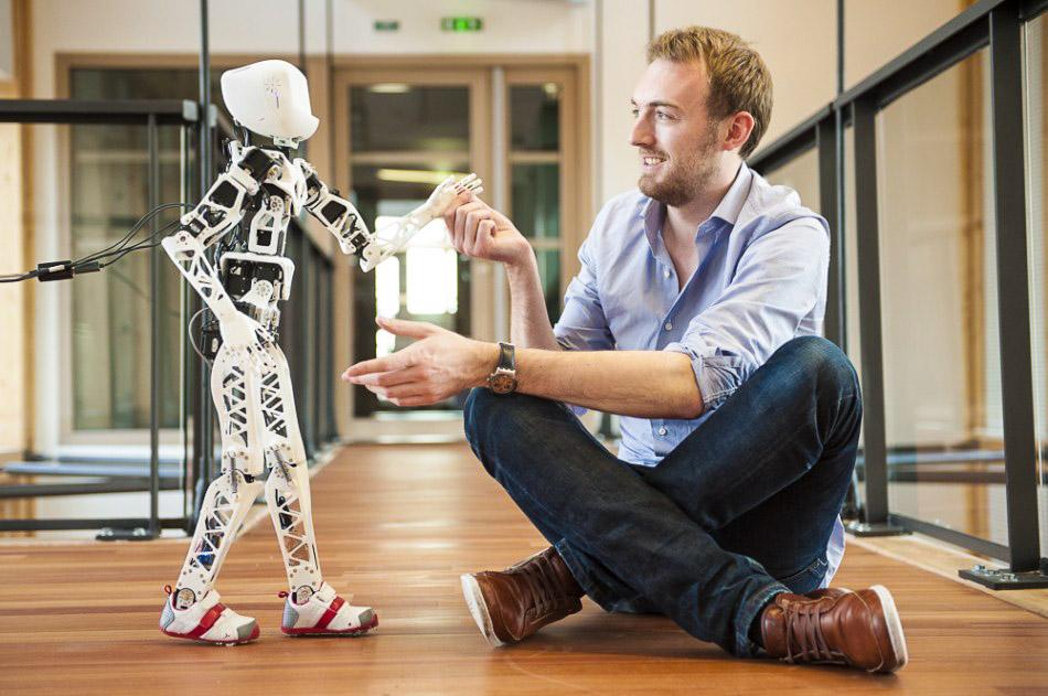 Reportage photographique pour l'Institut National de Recherche en Informatique et en Automatique (INRIA) au centre de recherche de Bordeaux. Le robot humanoïde Poppy avec l'un de ses concepteurs.